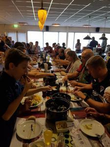05 11e Van der Zwan Toernooi mosselen eten na iedere serie